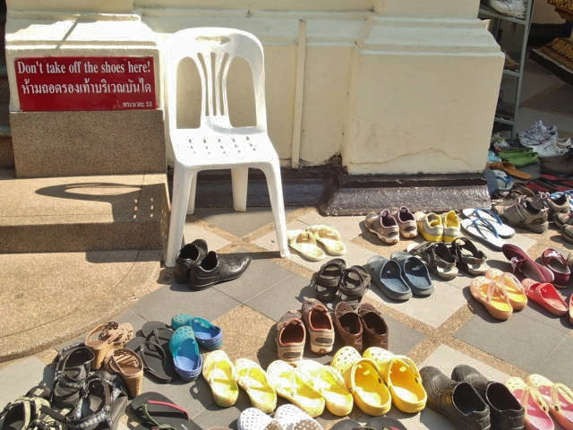 Merci de ne pas déposer vos chaussures ici!