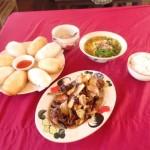 Pains fris, soupe aux noodles maison et poulet noir