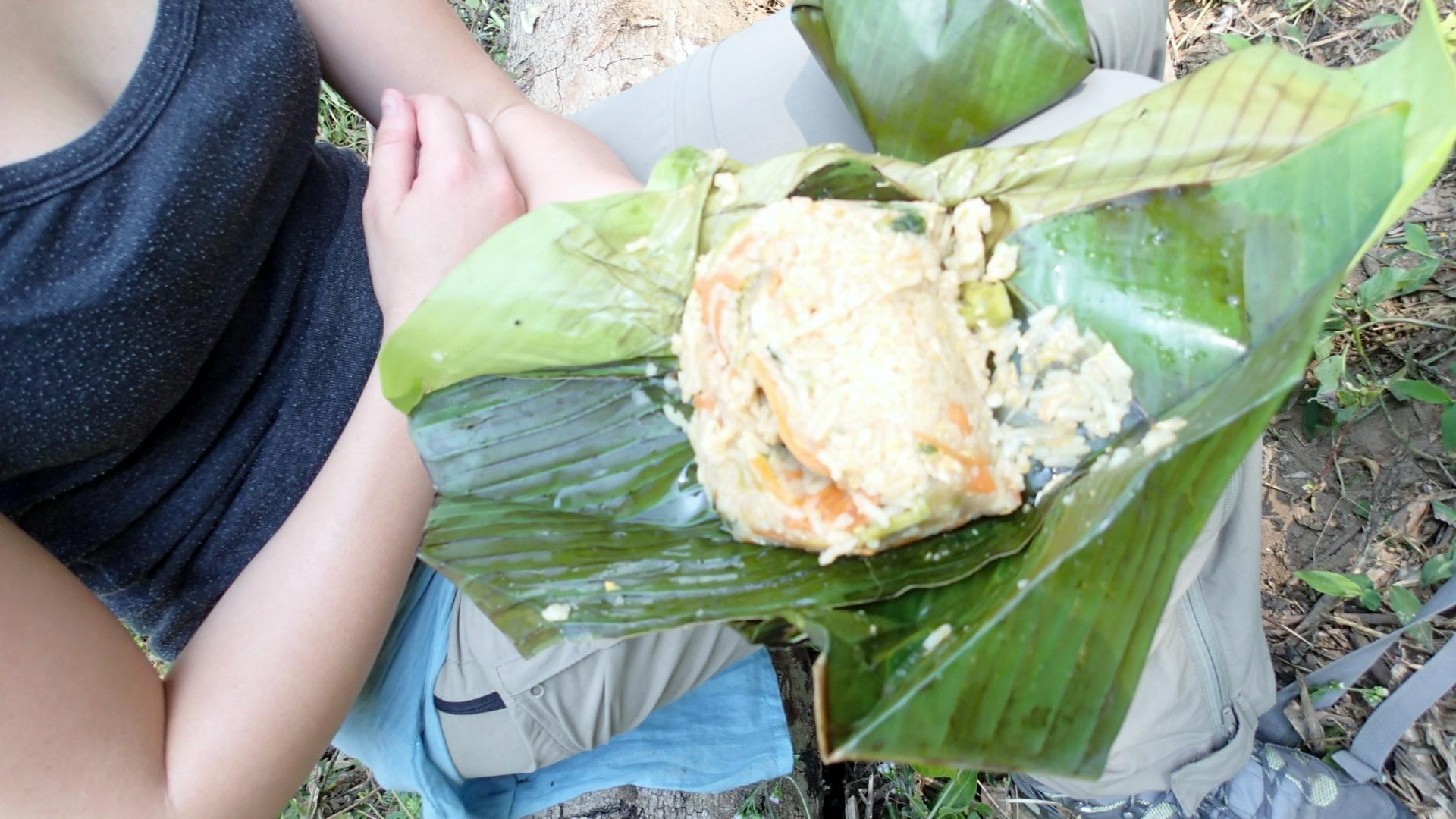 Déjeuner à base de riz transporté dans une feuille de banane