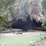 Grotte avec accès par barques en bambou