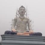 Une fois que le brouillard s'est levé, on découvre un bouddha en pleine séance d'accuponcture ;_)