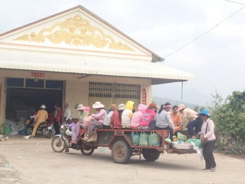 """Transport """"local"""" pour femmes : moto avec une (longue) remorque"""