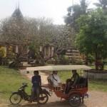 Derrière le tuk-tuk, temple convertit en prison pour femmes pendant la période khmère rouge
