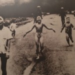 Fillette fuyant les bombardements au napalm
