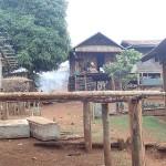 Cerceuils au pied d'une maison (tradition animiste)