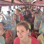 Bus local où les gens sont assis sur des tabourets dans l'allée centrale quand les rangées sont toutes occupées