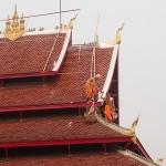 Moines entretenant un temple