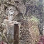 Entrée d'une des grottes avec mur anti-missie