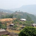 Traversée d'un village Dao rouge