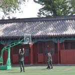 Des militaires jouant au basket :-)