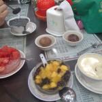Desserts locaux (soupes au riz rouge et mangue, au sésame noir, à l'oeuf et au lait, au riz et à la pastèque agrmentées d'oeufs bouillis dans du thé)