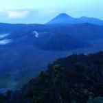 Levé de soleil sur les cratères des monts Bromo, Batok et Semeru