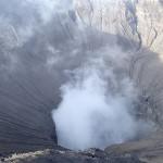 Lac de souffre au creux du volcan