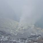 Fumée emplie de souffre s'échappant du cratère