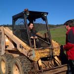 Leçon de conduite du bobcat par Peter notre hôte fermier