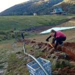 Enfouissement de tuyaux pour acheminer de l'eau depuis le réservoir