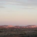 Terrils des mines d'opales au lever du soleil autour de Cooper Pedy