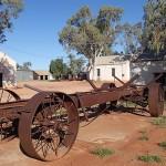Hermannsburg, ville créée par des missionaires allemands à la fin du XIXè siècle et ville de naissance du premier peintre aborigène célèbre, Albert Namatjira