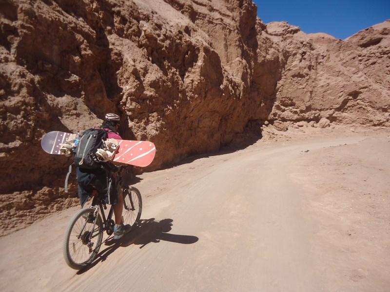 Avec la sandboard pour sufer sur les dunes de sable