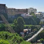 Rail de téléphérique pour monter sur les hauteurs de la ville