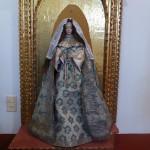 Statue de la Vierge Marie, habillée des riches robes portées par les jeunes filles à leur entrée au couvent
