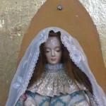 Les cheveux de la statue sont ceux que les jeunes filles doivent couper à leur entrée au couvent