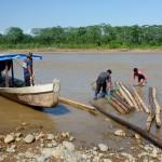 Construction d'un radeau pour faire du rafting jusqu'au lodge